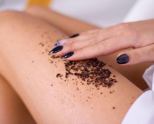 Mujer utilizando exfoliante para celulitis en piernas