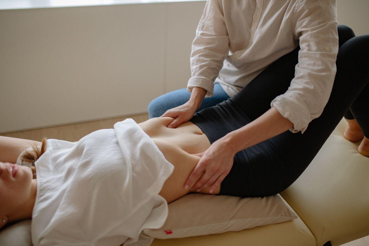 Mujer haciéndese un masaje reductivo manual