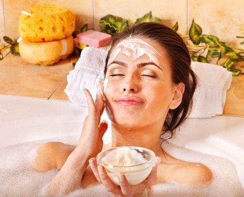 Mujer aplicandose una mascarilla para aclarar la piel