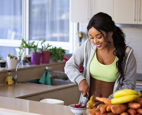 Mujer pensando qué comer antes de entrenar
