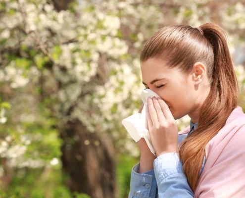 Mujer con alergia estacional